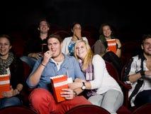 Pares jovenes en el cine Imágenes de archivo libres de regalías