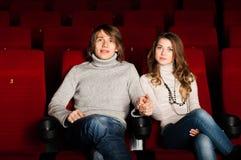 Pares jovenes en el cine Fotos de archivo libres de regalías