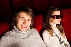 Pares jovenes en el cine Fotos de archivo