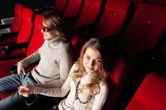 Pares jovenes en el cine Imagen de archivo
