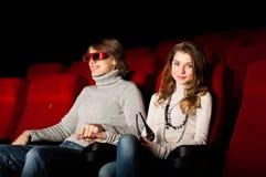 Pares jovenes en el cine Imagen de archivo libre de regalías