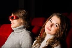 Pares jovenes en el cine Foto de archivo libre de regalías