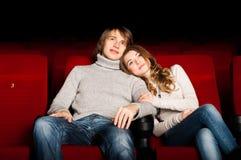 Pares jovenes en el cine Fotografía de archivo libre de regalías