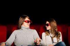 Pares jovenes en el cine Foto de archivo