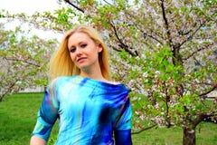 Pares jovenes en el jardín del Sakura en parque Imagen de archivo libre de regalías