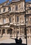 Pares jovenes en el Louvre Imagenes de archivo