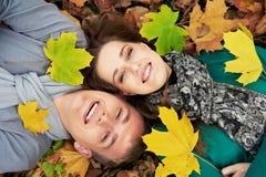 Pares jovenes en el otoño al aire libre Imágenes de archivo libres de regalías