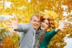 Pares jovenes en el otoño al aire libre Fotos de archivo libres de regalías