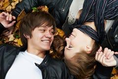 Pares jovenes en el otoño al aire libre Foto de archivo libre de regalías