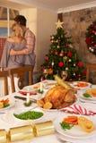 Pares jovenes en el país en la Navidad foto de archivo libre de regalías