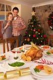 Pares jovenes en el país en la Navidad foto de archivo