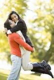 Pares jovenes en el parque del otoño Imagen de archivo