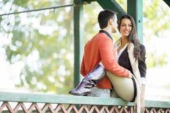 Pares jovenes en el parque del otoño Fotografía de archivo libre de regalías