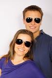 Pares jovenes en gafas de sol Foto de archivo