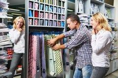 Pares jovenes en hacer compras de la ropa Fotos de archivo libres de regalías