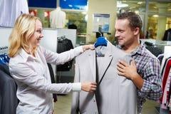 Pares jovenes en hacer compras de la ropa Foto de archivo libre de regalías