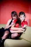 Pares jovenes en interior rojo Imagen de archivo libre de regalías