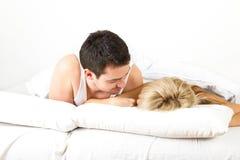Pares jovenes en la cama Fotos de archivo