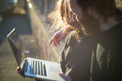 Pares jovenes en la forma de vida del amor al aire libre Imagen de archivo libre de regalías