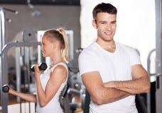 Pares jovenes en la gimnasia fotos de archivo
