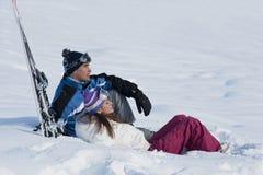 Pares jovenes en la nieve Fotografía de archivo