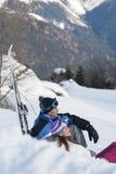 Pares jovenes en la nieve Fotos de archivo libres de regalías