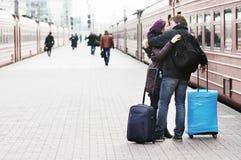 Pares jovenes en la plataforma del ferrocarril fotografía de archivo