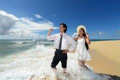 Pares jovenes en la playa Imagen de archivo