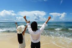 Pares jovenes en la playa Imagen de archivo libre de regalías