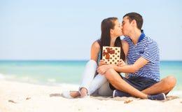 Pares jovenes en la playa Fotos de archivo libres de regalías