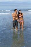 Pares jovenes en la playa Fotografía de archivo