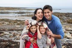 Pares jovenes en la playa con el paraguas Fotos de archivo libres de regalías