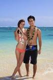 Pares jovenes en la playa en Hawaii Fotos de archivo libres de regalías