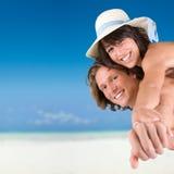 Pares jovenes en la playa tropical Fotografía de archivo libre de regalías
