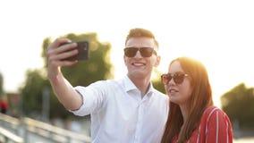 Pares jovenes en la reuni?n Pares románticos que toman un Selfie con Smartphone Amor, dataci?n, romance almacen de metraje de vídeo