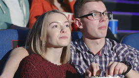 Pares jovenes en la sesión de la tarde metrajes