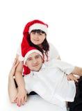Pares jovenes en los sombreros de Santa fotos de archivo