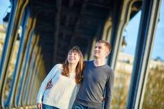 Pares jovenes en París en el puente del Bir Hakeim Foto de archivo