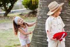 Pares jovenes en parque Imagen de archivo