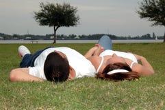 Pares jovenes en parque Fotos de archivo libres de regalías