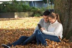 Pares jovenes en parque imagenes de archivo