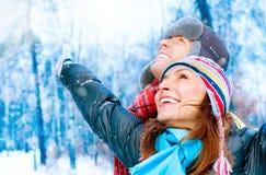 Pares jovenes en parque del invierno Fotos de archivo libres de regalías