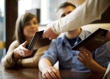 Pares jovenes en restaurante Fotografía de archivo