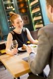 Pares jovenes en restaurante Foto de archivo