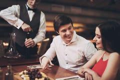 Pares jovenes en restaurante Hombre y mujer hermosos el fecha en restaurante imagen de archivo