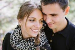 Pares jovenes en retrato del amor, cierre para arriba/foto del estilo con suavidad Fotos de archivo
