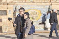 Pares jovenes en Sevilla que toma el retrato del selfie fotografía de archivo libre de regalías
