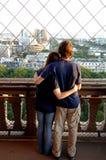 Pares jovenes en torre Eiffel Imagenes de archivo