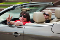 Pares jovenes en un coche. Imagen de archivo