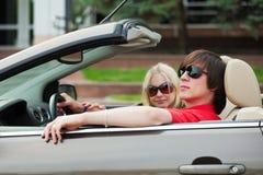 Pares jovenes en un coche. Foto de archivo libre de regalías